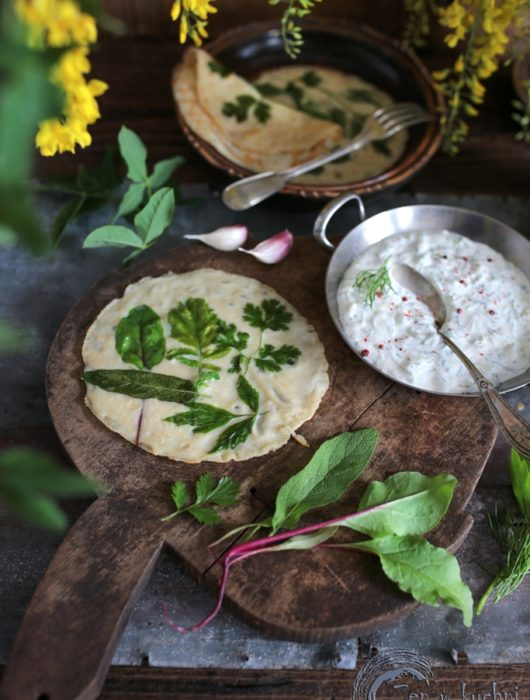 naleśniki z ziołami i sosem tzatziki