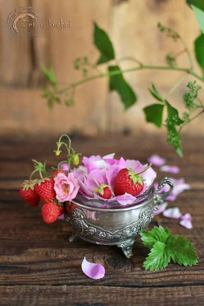 deser jaglany z różą i truskawkami