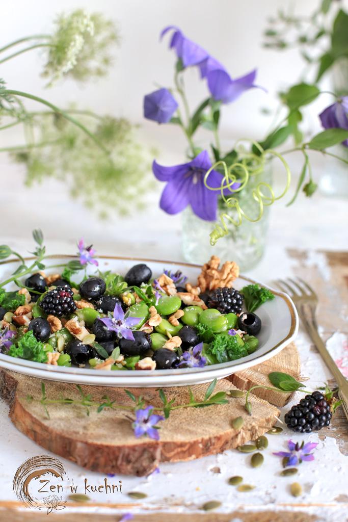 bób z orzechami i czarnymi oliwkami