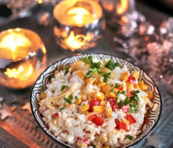 sałatka ryżowa z papryką i kukurydzą