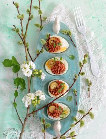 jajka faszerowane oliwkami i suszonymi pomidorami