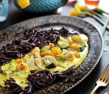 czarny makaron z warzywami w sosie curry