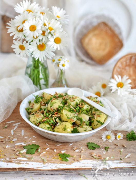 sałatka z ziemniaków z ziołami i słonecznikiem
