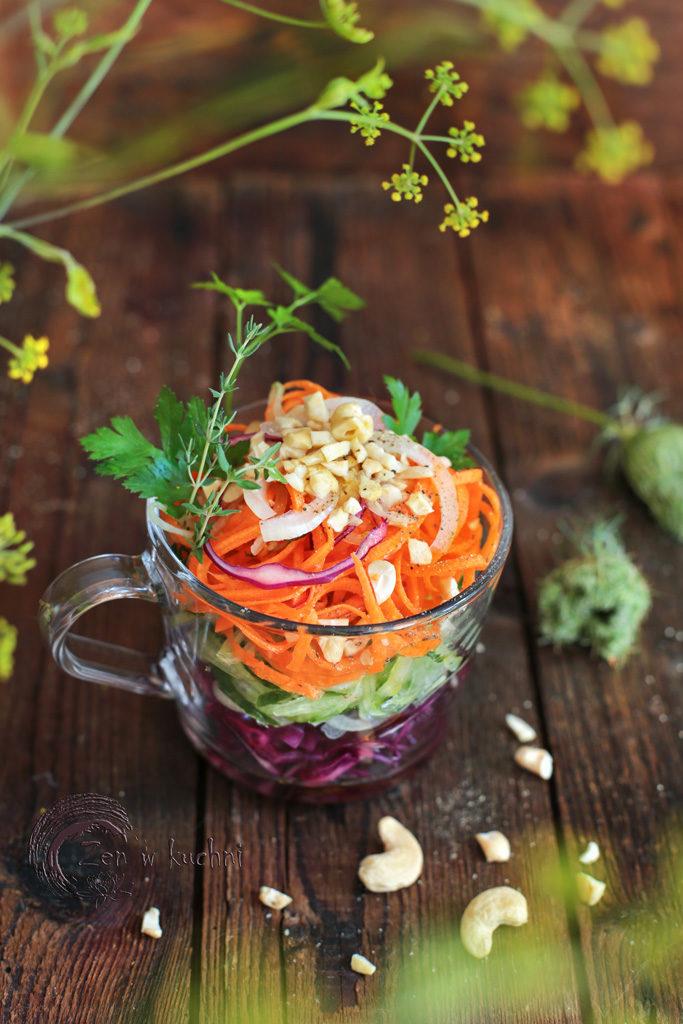 surówka z marchewki i ogórka z orzechami