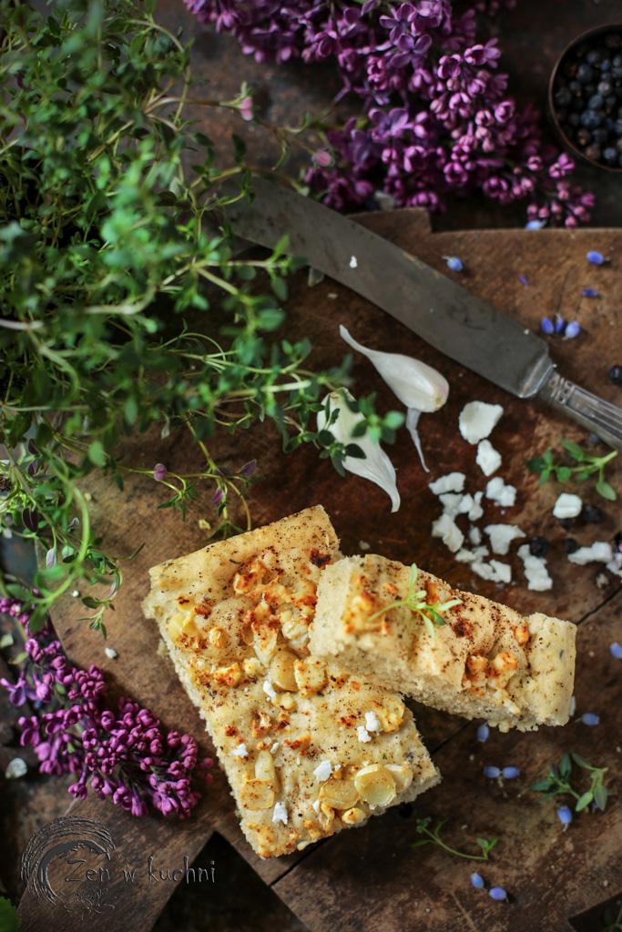 focaccia z ziołami i czosnkiem