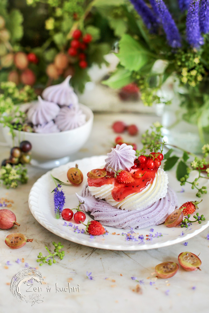 mini pavlova z kremem i owocami